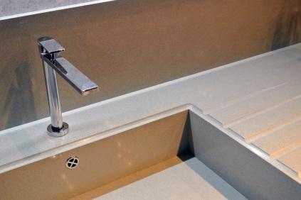 Lavorazione del lavabo integrato in piano in Okite