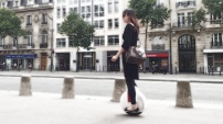 www.solowheel.eu-girl-with-Vuitton-bag