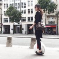 www.solowheel.eu-girl-with-Vuitton-bag