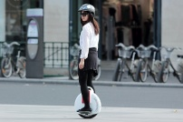 www.solowheel.eu-Solowheel-girl-riding-in-front-of-Velibs-Paris