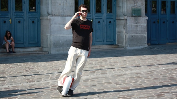 www.solowheel.eu-Solowheel-guy-riding-and-phoning-and-steering-Paris