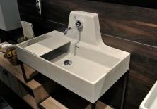"""Non particolarmente piacevole nel design, ma interessante soluzione per avere un rubinetto """"a parete"""", senza forare la parete."""