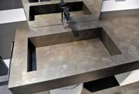 Tutta una serie di questi lavabi che sembrano in pietra, hanno vasche in acciaio, rivestite con vari laminati, Fenix compreso