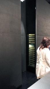 Interessanti nell'allestimento, le contro-pareti che nascondevano gli armadi elettrodomestici...