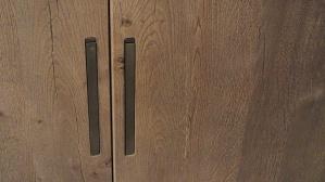 Bella finitura in legno e belle le sottili maniglie basculanti a scomparsa